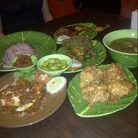 Photo taken at Ayam dan Ikan Goreng Cianjur by gissella s. on 2/20/2013
