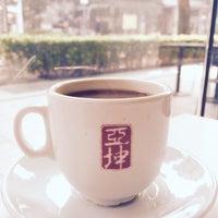 Photo taken at Ya Kun Kaya Toast 亞坤 by Christian on 9/6/2015