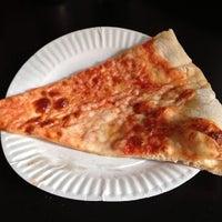 Foto scattata a Sal & Carmine's Pizza da Erika H. il 6/4/2013