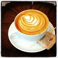 2/6/2013 tarihinde Justine P.ziyaretçi tarafından Pavement Coffeehouse'de çekilen fotoğraf