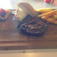 Foto tirada no(a) Beeves Burger & Steak house por Murat G. em 6/11/2014