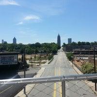 Das Foto wurde bei Atlanta BeltLine Corridor over North Ave von Travis N. am 5/12/2013 aufgenommen