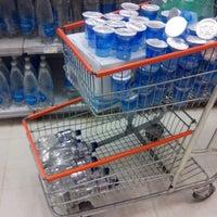 Foto tirada no(a) Supermercado Angeloni por Alexandre N. em 1/7/2014