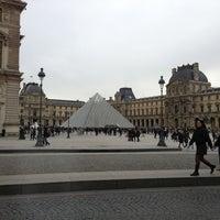 Foto tirada no(a) Pyramide Inversée du Carrousel por Emre Y. ARAS em 11/9/2013
