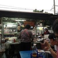 Photo taken at ก๋วยเตี๋ยวหน้าบึ้ง (สวนหย่อมตลาดคลองเตย) by Gracy Kung on 1/6/2013