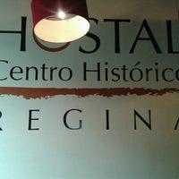 Foto tomada en Hostal Regina por Leslie P. el 3/17/2013
