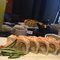 Foto tomada en Sushi Roll por Deb M. el 4/24/2013