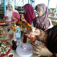 รูปภาพถ่ายที่ Kelong Restaurant Aneka Rasa โดย Tri W. เมื่อ 12/25/2013