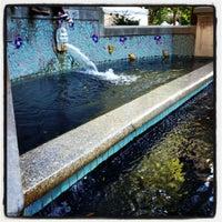 Foto tomada en Rittenhouse Square Fountain por Kenya f. el 9/15/2012