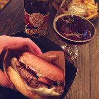 Снимок сделан в Barrels Burgers & Beer пользователем Sara Ö. 12/1/2015