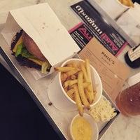 Снимок сделан в Phil's Burger пользователем Sara Ö. 3/16/2015