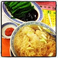 Photo taken at Mak Man Kee Noodle Shop by Sunny L. on 3/11/2013