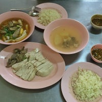 Photo taken at เม้งเจริญ โภชนา ข้าวมันไก่ by Jay A. on 8/27/2016