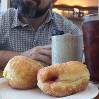 Foto tomada en General Porpoise Coffee & Doughnuts por Leta C. el 7/31/2017