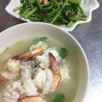 Photo taken at ข้าวต้มปลา (ตรอกถั่วงอก) by Sinith B. on 5/7/2016