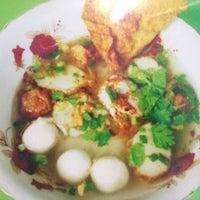 Photo taken at ก๋วยเตี๋ยวลูกชิ้นปลาศรีพินท์ (เจ้าเก่าสามย่าน) by Enjoy C. on 10/21/2012