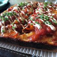 Foto scattata a Descendant Detroit Style Pizza da Chuck K. il 11/13/2016