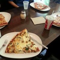 Foto scattata a Pete's Pizzeria & Bakehouse da Aneta P. il 5/29/2013