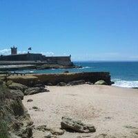 Foto tirada no(a) Praia de Carcavelos por Claudia C. em 5/19/2013