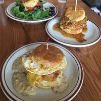Foto tirada no(a) Pine State Biscuits por Denise L. em 3/17/2018