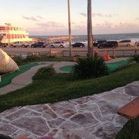 Photo prise au Magic Carpet Golf par Carly C. le10/26/2013