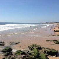 Foto tirada no(a) Praia de Carcavelos por Ricardo R. em 4/13/2013