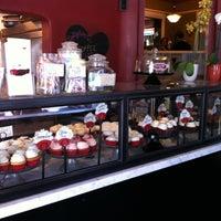 Photo taken at Crushcakes Cupcakery & Crushcafe by Leslie M. on 5/6/2013