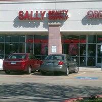 Foto tomada en Sally's Beauty Supply por Drew B. el 2/23/2013