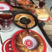 Das Foto wurde bei Simit Sarayi von Önder 🥃🚬 am 7/23/2018 aufgenommen