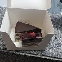 Das Foto wurde bei Lady M Cake Boutique von Bhavana L. am 4/8/2018 aufgenommen