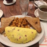 Foto tirada no(a) Junior's Restaurant por Wannes D. em 1/29/2018