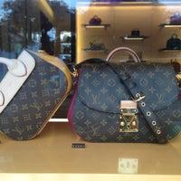 รูปภาพถ่ายที่ Louis Vuitton โดย AssiriDalal เมื่อ 9/8/2013