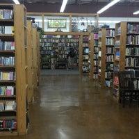 Das Foto wurde bei Half Price Books von Rodrigo R. am 10/6/2013 aufgenommen