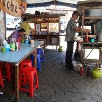 Photo taken at Pak Salim - Bakso & Nasi Goreng Jawa by Distra X. on 9/3/2013
