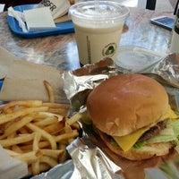 3/5/2013 tarihinde Philip N.ziyaretçi tarafından M Burger'de çekilen fotoğraf