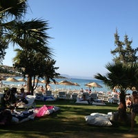 Photo taken at Quente Beach Club by Gülşen P. on 8/21/2013