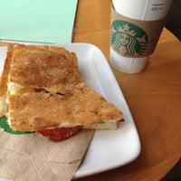 Foto tomada en Starbucks por Jorge Antonio C. el 4/28/2013