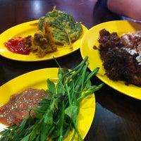 Photo taken at Restoran Sunbulah by Taro U. on 6/8/2013