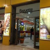 Foto tirada no(a) Baguette & Baguette Ennasr por Amira A. em 2/17/2014
