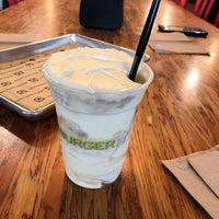 รูปภาพถ่ายที่ BurgerFi โดย Elizabeth B. เมื่อ 4/5/2018