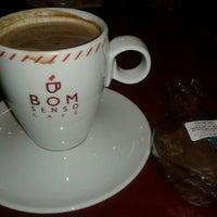 Foto tirada no(a) Bom Senso Café por Rosy J. em 5/28/2013