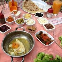 Foto tirada no(a) Çakırlar Köy Kahvaltısı por Özge E. em 5/19/2013