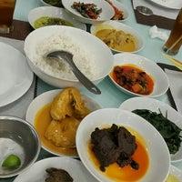 Photo taken at Sari Indah Padang Restaurant by Kanako N. on 2/7/2016