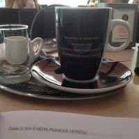 Das Foto wurde bei Сoffeeshop Сompany von Артем О. am 7/4/2014 aufgenommen