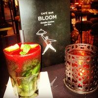 Das Foto wurde bei Café Bar Bloom von Zahide S. am 4/27/2013 aufgenommen