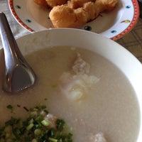 Photo taken at เจ๊หุย โจ๊ก ไข่กะทะ อาหารเช้า by LinGNoY M. on 5/10/2014