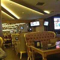 6/19/2013 tarihinde E E.ziyaretçi tarafından Palace Cafe Restaurant & Bowling'de çekilen fotoğraf