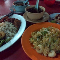 Photo taken at Semarang Food Center (Medan Chinatown) by Dedi T. on 2/24/2013