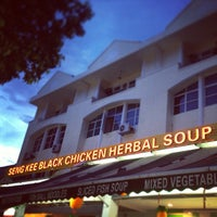 Foto tomada en Seng Kee Black Herbal Chicken Soup 成基黑鸡补品  por Heni D. el 2/8/2013