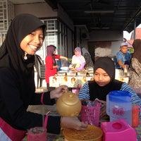 Photo taken at Gerai Nasi Kerabu Kak Pah by Khairul Anuar Z. on 5/3/2014